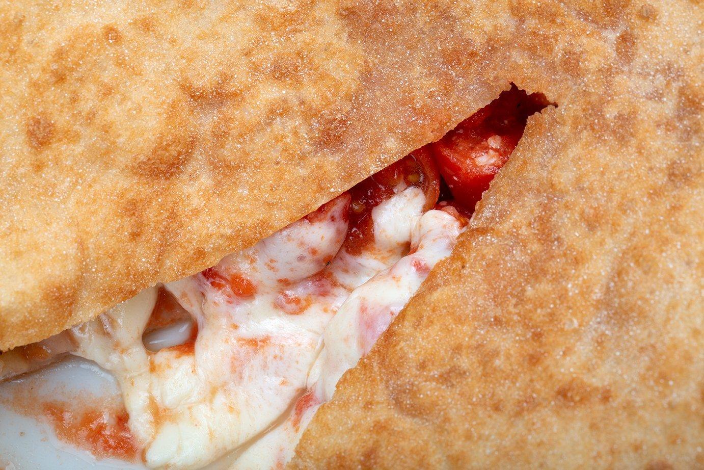 Pizza fritta di Capuano's vista da vicino, appena aperta